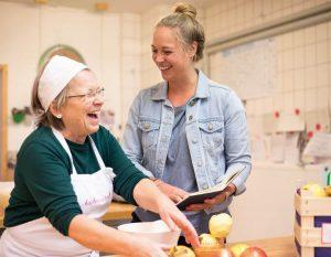 Katharina Mayer (Kuchentratsch-Gründerin) mit Oma Renate
